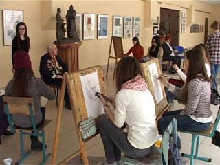 Студенты и преподаватели худграфа СмолГУ рисуют портреты Великой Победы