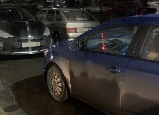 Смоленские автомобилисты во дворе дома перекрыли проезд и устроили разборки