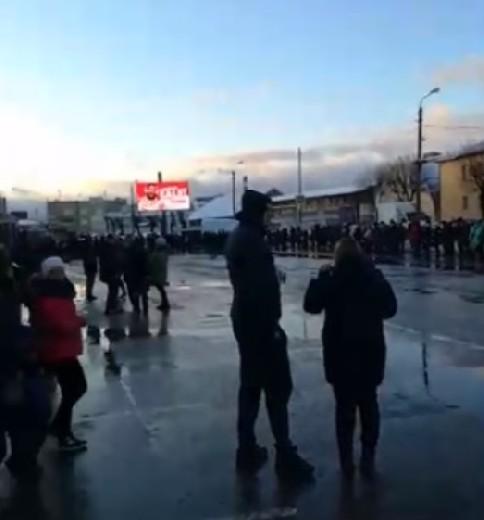 В Смоленске у торгового центра образовались огромные очереди из-за проводившегося розыгрыша призов (видео)