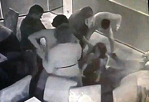 В смоленском кафе агрессивный мужчина оскорбил и избил посетительницу