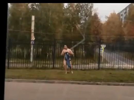 голый мужик на улице видео пофигисты чём