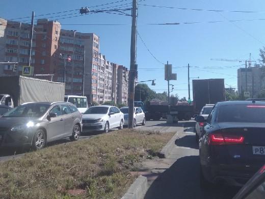 Пол города стоит: Сломавшиеся светофоры создали огромные «пробки» на перекрёстках [+ВИДЕО]