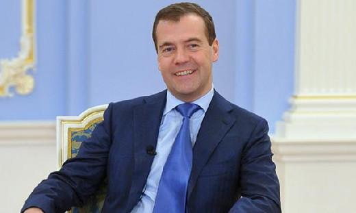 Медведев повысит до 10 тысяч рублей пособия на детей
