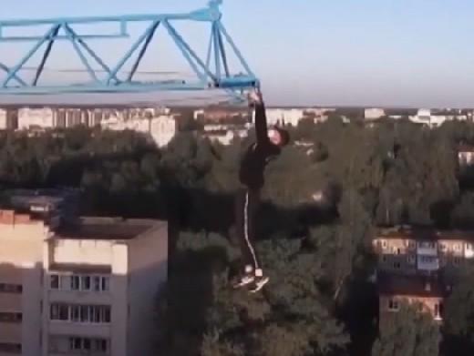 Смоленский экстремал повис на башенном кране (видео)